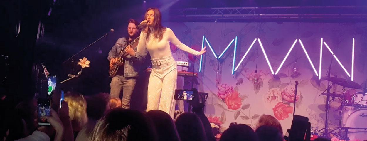 backdrop zangeres maan